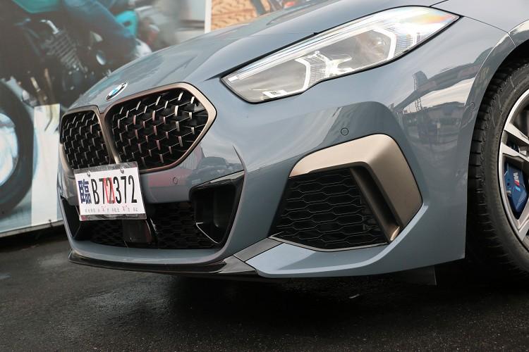 3D網狀水箱護罩與鈰灰色金屬點綴,進一步展現性能跑車氣勢。