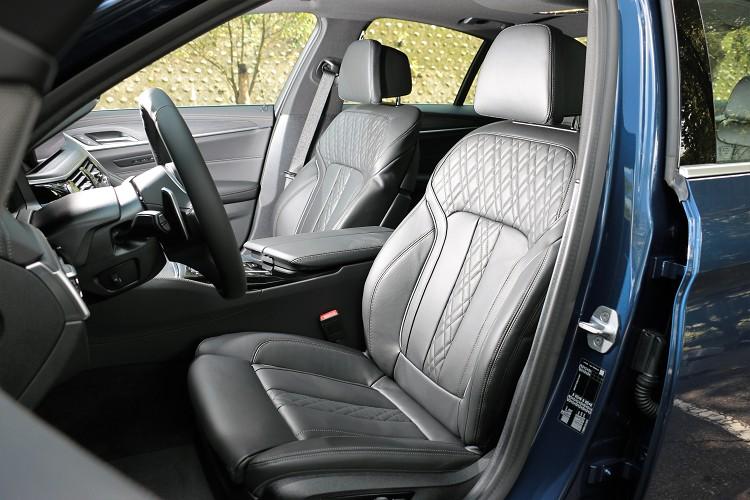 雙前跑車化座椅稱不上包覆,但坐起來卻很舒適,電動調整能快速到位。