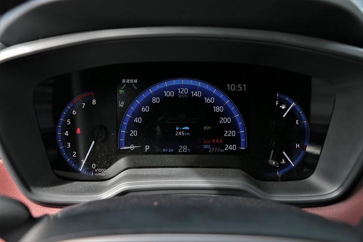 儀錶板中間有多功能顯示幕,可提供車輛多項資訊。