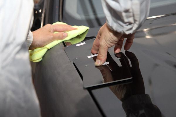 色卡的差異必須經由專業技師判斷,同時由電腦選色的漆料上色。