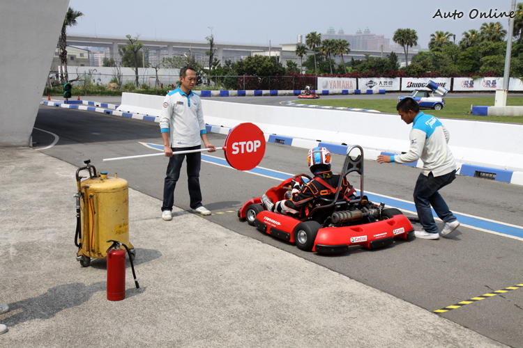 在第一棒換手時會幫比賽車輛加油,在Pit區必須停滿三分鐘,在看工作人員指示出發。