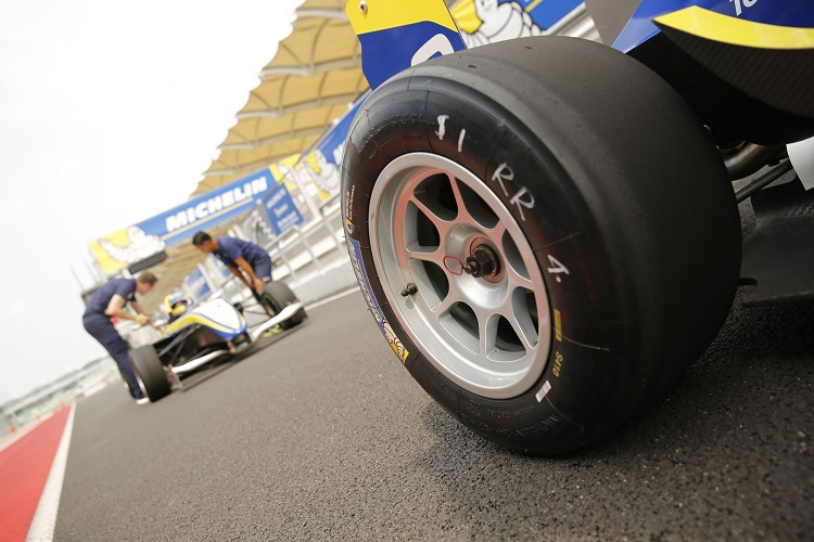 MICHELIN Racing Slick光頭胎強大的抓地力,過彎極限超級、超級高。