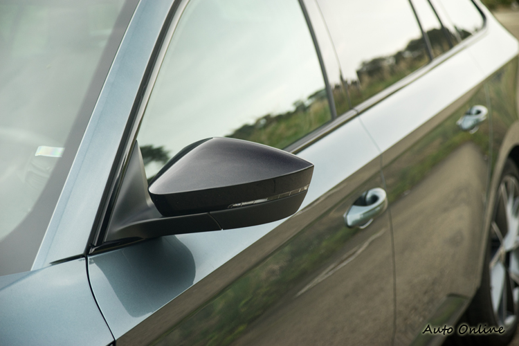 黑色外殼後視鏡具加熱與防眩功能。