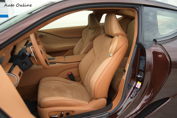 座椅採多層次結構設計,包覆支撐感優異。