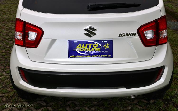 車尾大面積的尾燈搭配上保桿刻意塑料處理,較可惜少了與車頭輝映的紅色飾條。