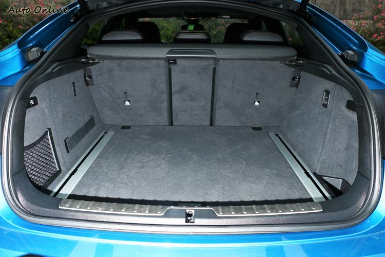 行李廂受限斜背造型車尾,高度有點受到壓縮。
