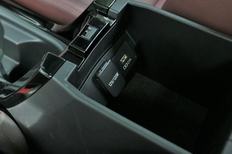 除了排檔桿前方之外,中央扶手內還有另外一個UBS插孔。