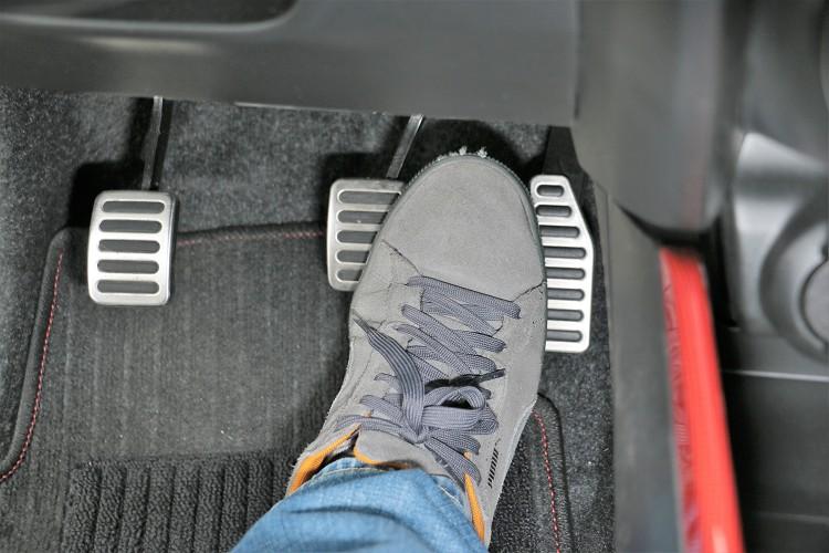 油門與煞車的踏板間隔與落差不是太容易做倒退檔補油,必須透過右腳的左右兩邊來同時踩踏油門與煞車,才能順利完成俗稱的跟指動作。