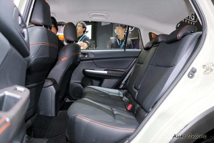 後座頭部空間寬敞,膝部對體型較高的人來說有些擁擠。