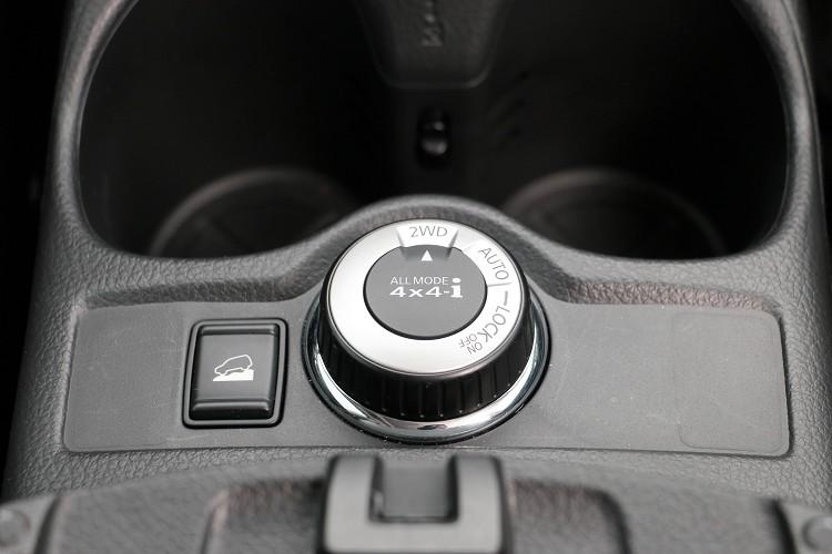 越野模式有2WD、AUTO以及LOCK可切換,駕駛可依照自己需求任意選擇當前狀態適合模式或者由電腦控制。