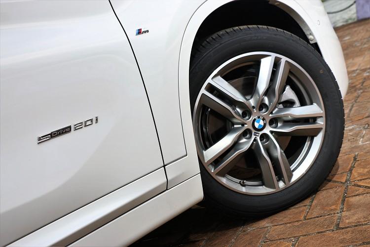 鋁圈部分換上M Sport雙輻式造型18吋規格,標準配胎為普利司通防爆輪胎。