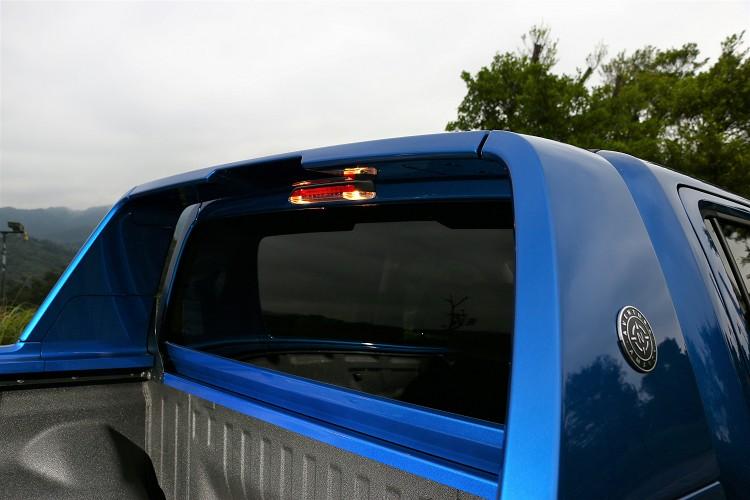 車尾上方有配置小燈,方便夜間拿取後方的物品。