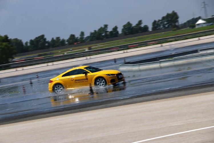 首先體驗是在積水、潮濕的路面上繞圈圈,看看輪胎能承受多高的速度而不會推頭,使用的車輛為Audi TT-S四輪驅動車款。