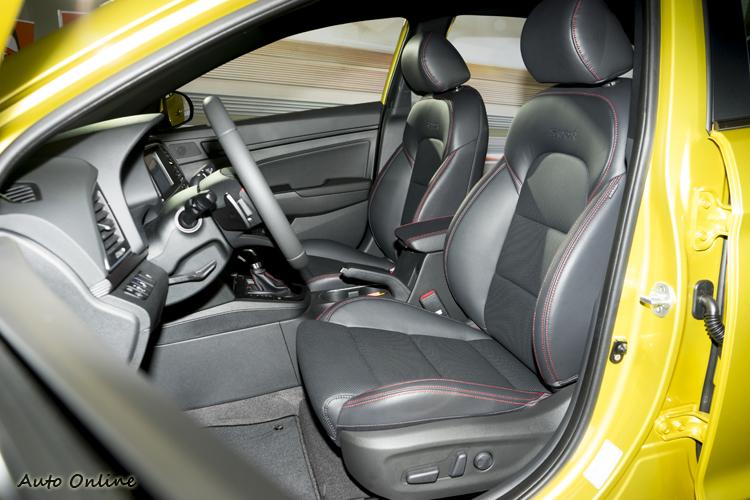 座椅兩側有加強包覆性來因應激烈駕駛需求。