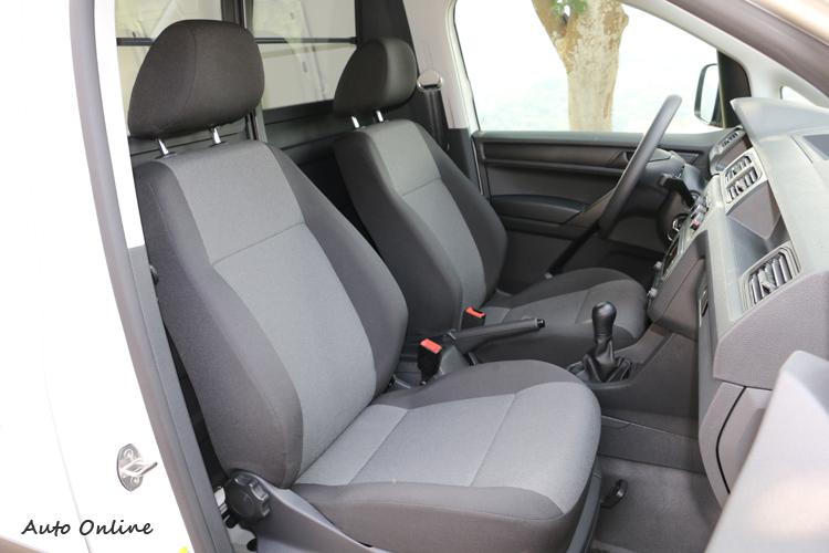 車內標準配置的是手動調整的織布椅,支撐與舒適性沒有問題。