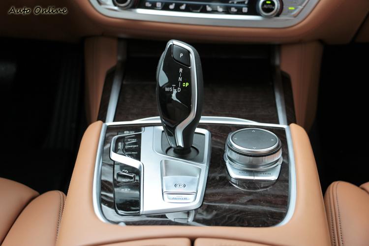 中央鞍座上的控制介面與小改款相同,可另外選擇水晶套件增加奢華感。