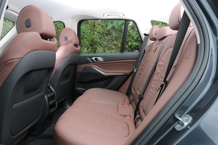 後座膝部與頭部空間寬敞無比,表現出大型休旅車改有的水平。