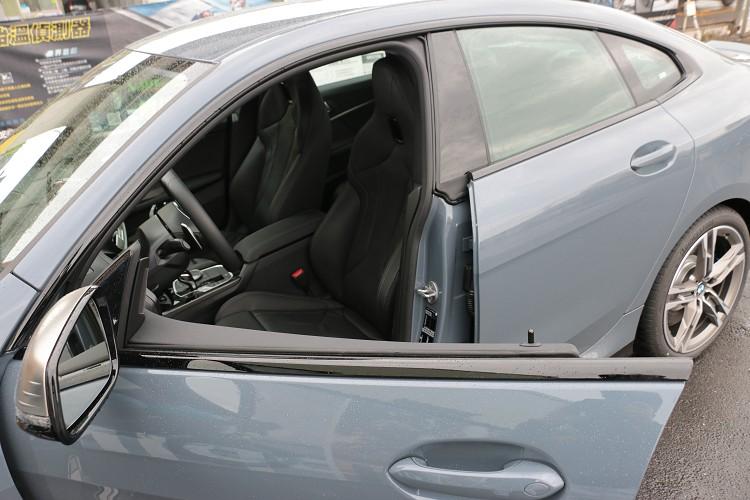 無框窗設計的車門,絕對是跑車該有的元素之一。
