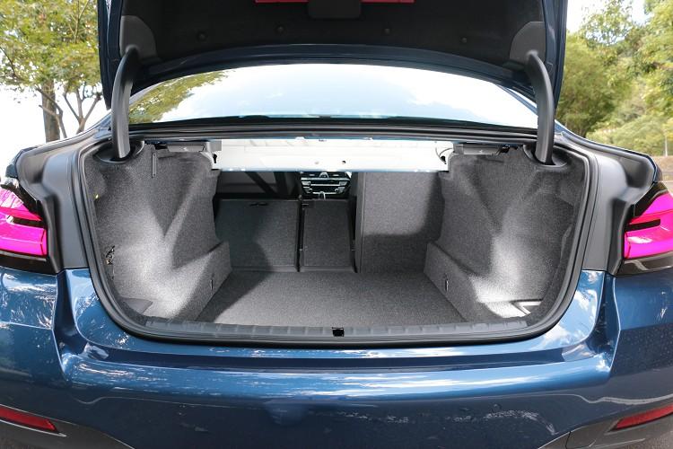 後車箱行李置物容積可達530公升,後座椅背支援40/20/40傾倒功能,可瞬間增加行李廂空間。
