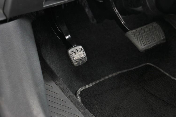 手煞車維持傳統,採用腳踩的方式。