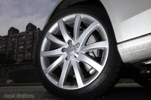 A4 Avant 2.0 TFSI輪胎配置規格為245/40R18。