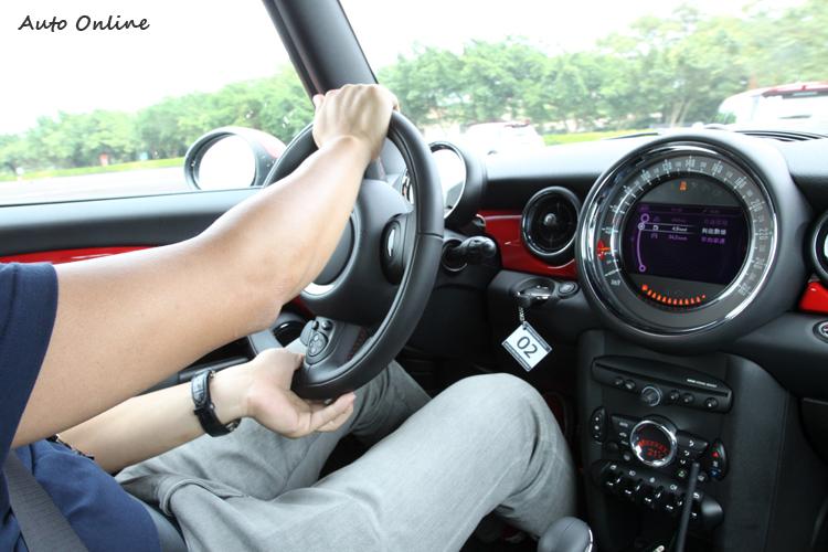 不同於一般跑車的開法,面對緊湊連續的彎道,用拉力車的握法更適合於駕駛這類短軸距的性能車。