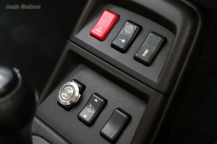 車主懸吊部分換裝可升降的KW改裝避震器,排檔前方有升降功能按鈕。