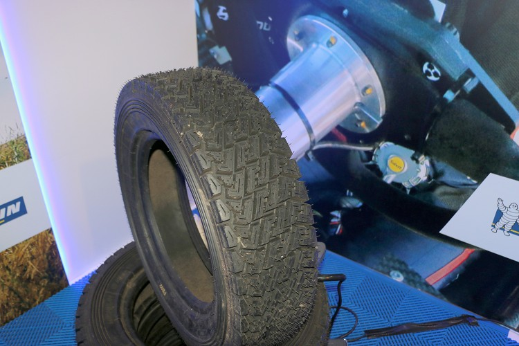 拉力胎的胎壁比起一般道路用胎還要硬,就是要能吸收比賽時騰空落地的力量。