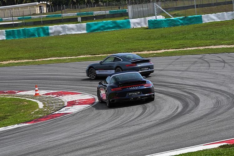 每個人對車輛和賽道的熟悉程度不同,一不小心還是可能出現驚險畫面,這時指導教練的適時提示就顯得十分重要。