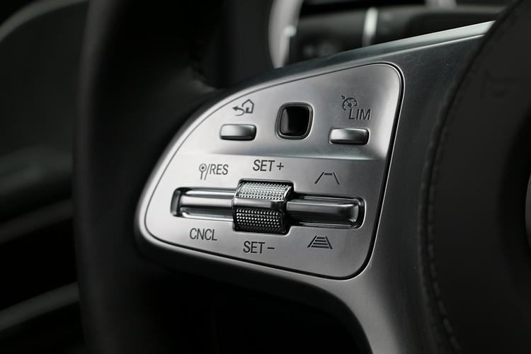 移至方向盤握幅的定速控制功能,讓雙手不需離開方向盤就能操作。