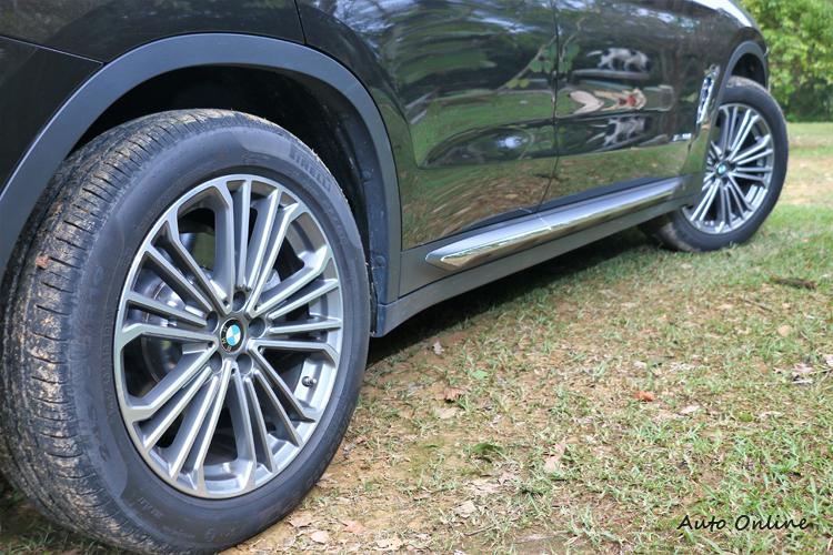 所有車型皆配備19吋輪圈,對於流線的車側有畫龍點睛的效果。