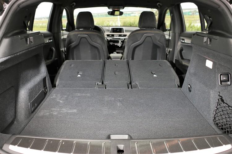 座椅背可依照40/ 20/ 40比例分別向前傾倒,不過操作方式只限於車內,無法從後車廂開啟。