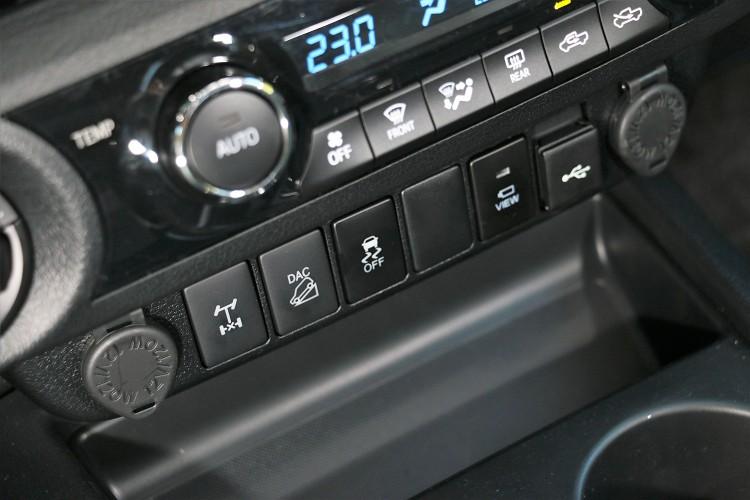 後差鎖定按鍵在冷氣介面下方,旁邊有陡坡緩降功能。