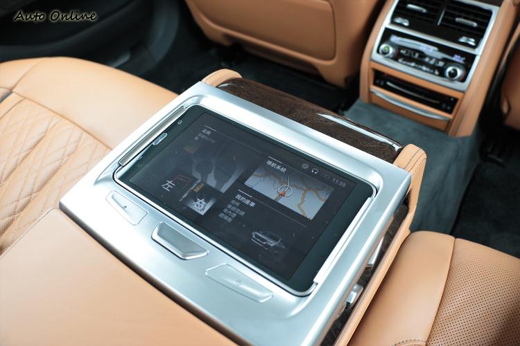 長軸車型標準配備7吋後座專屬控制平板(Touch Command),可調整座椅角度、空調、遮陽簾、影音設備等超過20項功能。