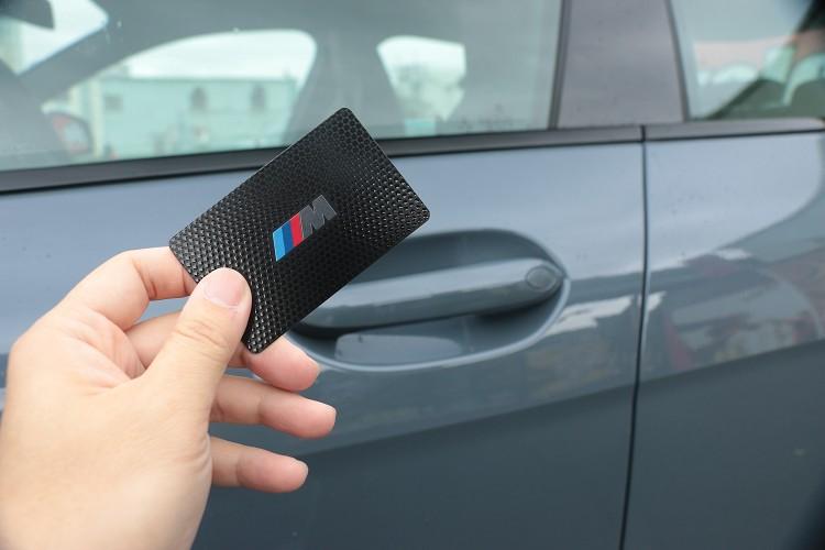 除了可以用鑰匙開啟車門之外,BMW還推出類似卡片的鑰匙作為另一選項。