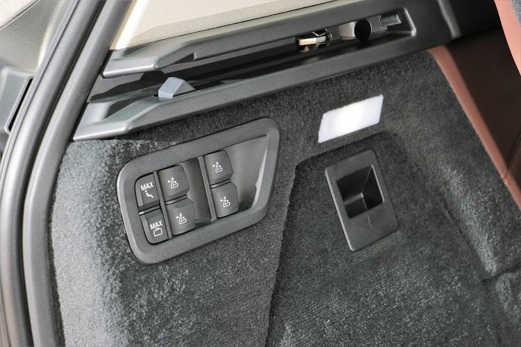 車內座椅具有全電動調整模式,從後車廂就能輕易控制。