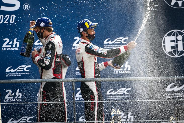 中嶋一貴再次擁抱利曼耐久賽獎盃,是利曼歷史上最成功的日本車手。