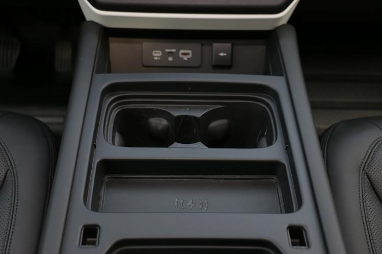 除了中央鞍座前方的兩個充電孔,也可選配無線充電裝置。