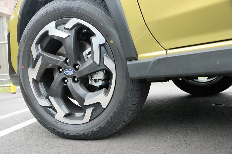 搶眼的全新18吋鋁圈大膽運用動感細部線條,以雙色切削造型強化四輪的視覺效果。