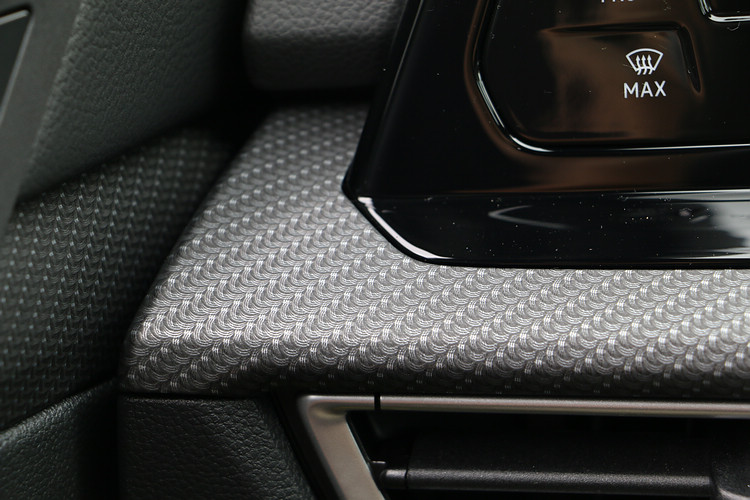 內裝搭配的類編織紋路飾板無論觸感或視覺上的質感都很不錯。