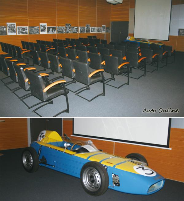 位在博物館內的電影廳,裡頭播放著SAAB的賽車史。劇院前方還擺著Formula Junior方程式賽車。