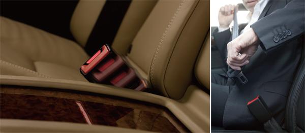 後座主動安全帶扣在開啟後門時就會伸出,並可調整固定位置。