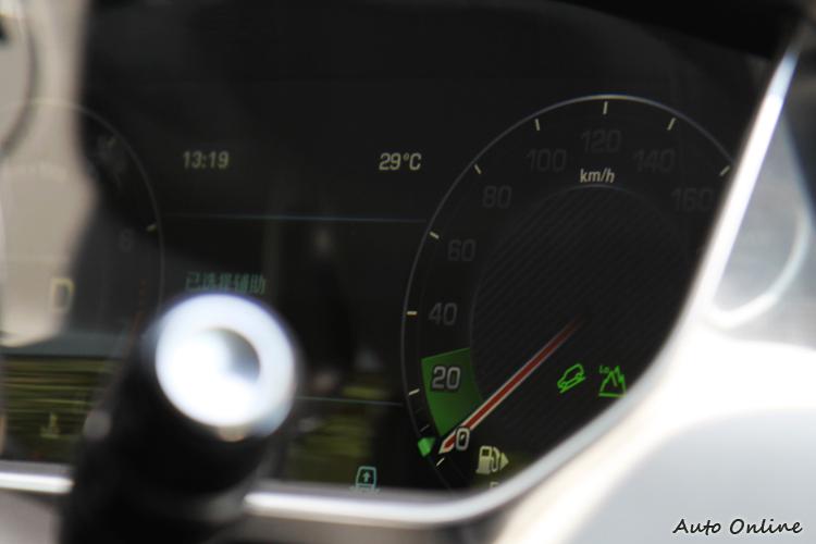 山區低速模式時,除非重踩油門,否則儀錶會以綠底表示系統會盡量讓車速維持30kph以下,駕駛不需擔心暴衝。