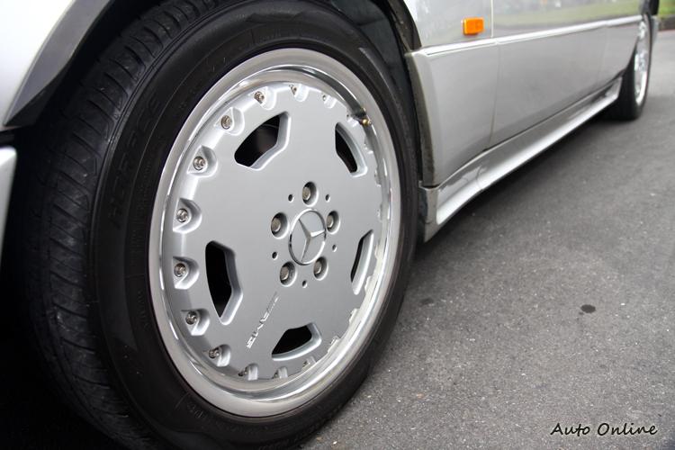 AMG E400 Stage 3鋁圈採用AMG雙片式大餅框,車側浪板與車身同色。