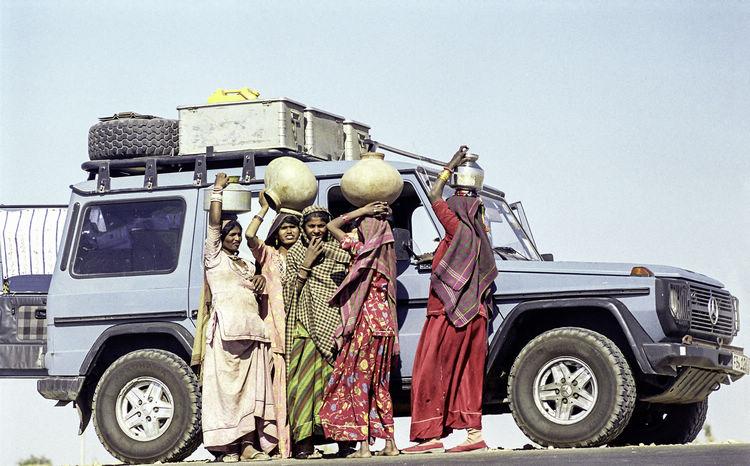 2005年前往印度時,與當地婦女合影。