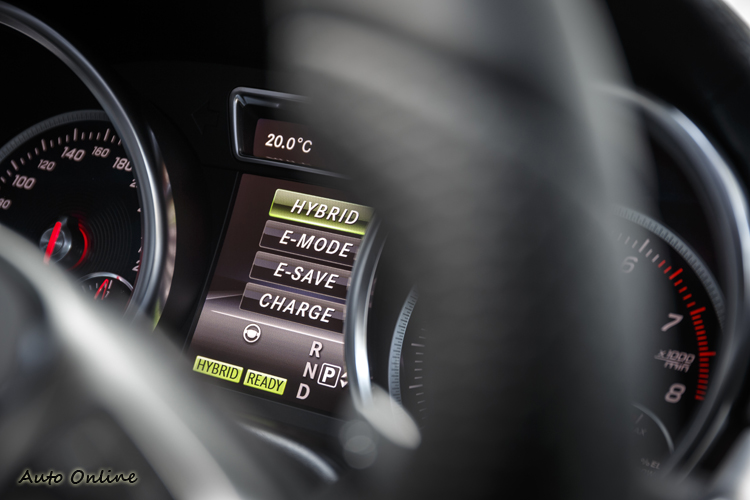PHEV的四個模式:Hybrid、E-Mode、E-Save、Charge。可以純電行駛,也可強制充電。