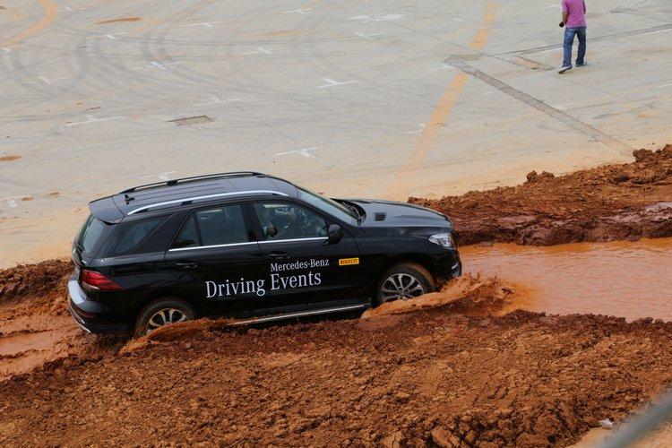 水泥地上難以構建太深的水坑,這樣的程度只算是幫車子洗一下胎。