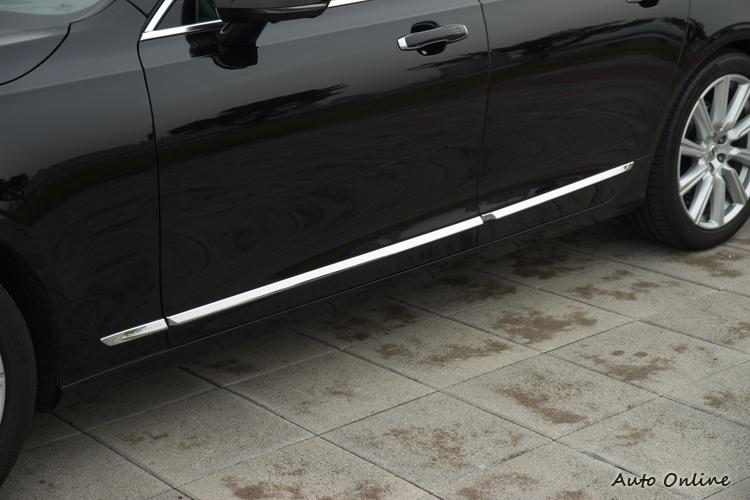 車側的鍍鉻飾條也有專屬徽飾。