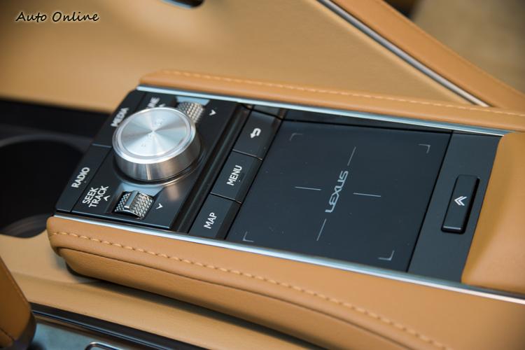 觸控板操作的Remote Control影音資訊介面與駕駛模式旋鈕。