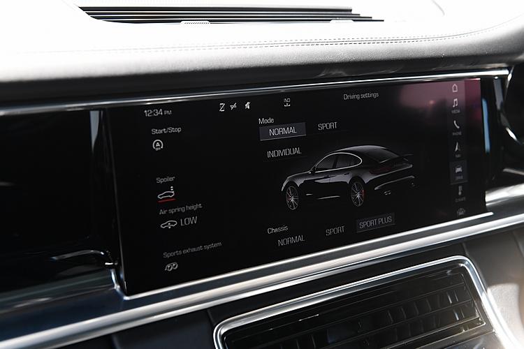 每一款Porsche都有不同駕駛模式能夠調整,其中全新Panamera的車況在寬螢幕上一目瞭然,是場上最舒適的跑車。